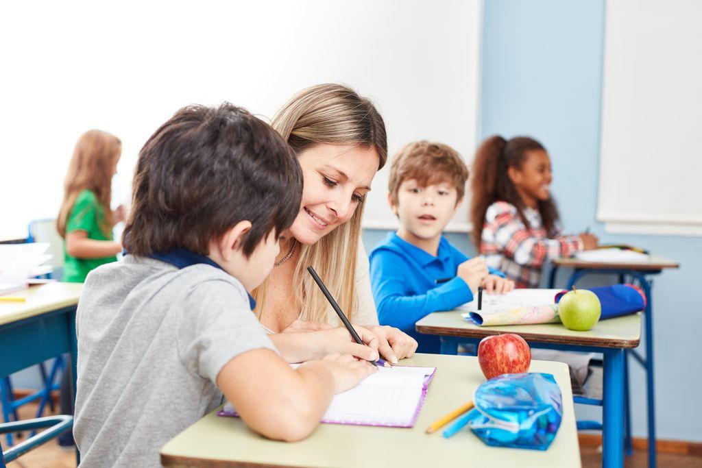Lehrerin mit Schüler bei der Hausaufgabenbetreuung oder Nachhilfe